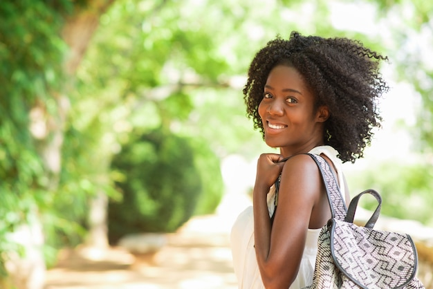 Gelukkig mooi zwart meisje wandelen in park