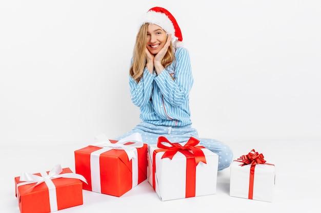 Gelukkig mooie jonge vrouw in pyjama's van kerstmis