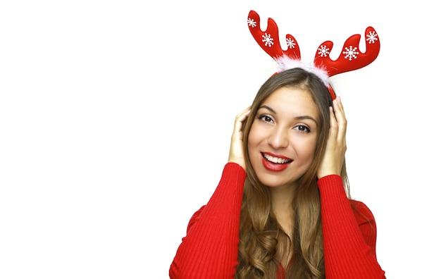 Gelukkig mooie vrouw met rendierhoorns op haar hoofd