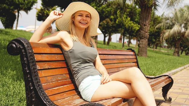 Gelukkig mooie vrouw zitten en kijken naar het strand