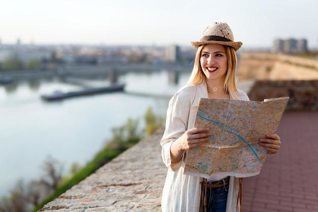 Gelukkig mooie vrouwelijke toeristen sightseeing en verkennen
