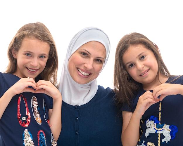 Gelukkig moslim vrouwelijke familie, moeder en haar verliefd dochters