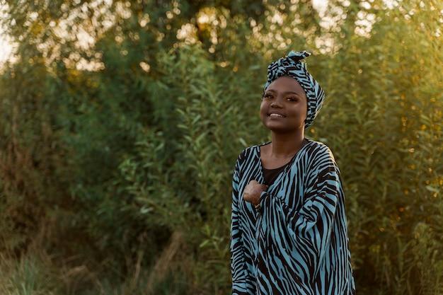 Gelukkig moslimmeisje in trendy traditionele kleding glimlacht