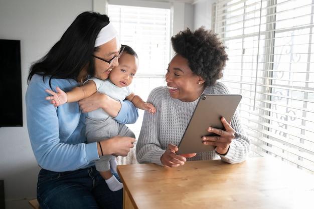 Gelukkig multi-etnisch gezin dat samen tijd doorbrengt in het nieuwe normaal