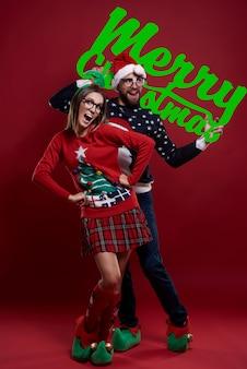 Gelukkig nerdpaar in geïsoleerde kerstmiskleren