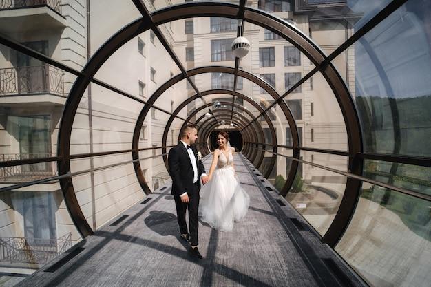 Gelukkig net getrouwd paar mooie ronde raam lopen in trouwdag.
