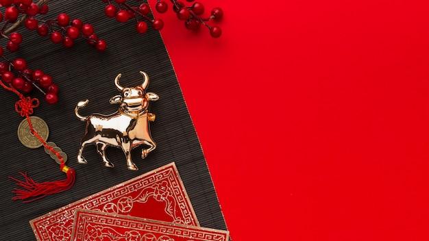 Gelukkig nieuw chinees jaar en gouden os kopiëren ruimte