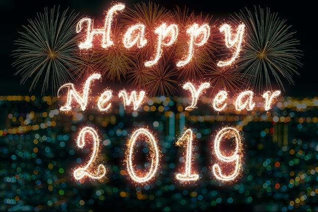 Gelukkig nieuw jaar 2019 geschreven met sparkle vuurwerk op vuurwerk met foto wazig van de stad