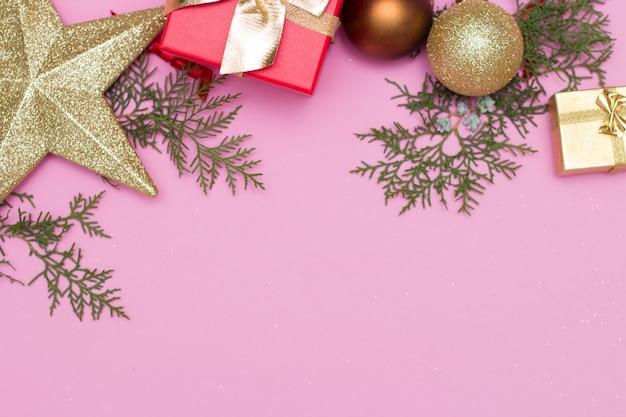Gelukkig nieuw jaar 2021. kerstmisspeelgoed, geschenkdozen, rode dop, op een roze achtergrond. kerstmis.