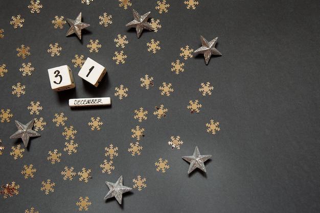 Gelukkig nieuw jaar 31 december witte blokjes met cijfers en gouden sterren