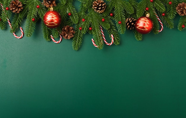 Gelukkig nieuw jaar, kerstdag concept bovenaanzicht plat lag spar takken en decoratie