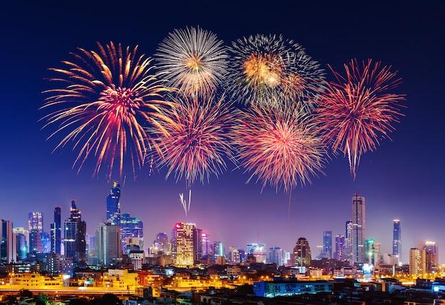 Gelukkig nieuw jaarvuurwerk met cityscape van bandkok bij nacht