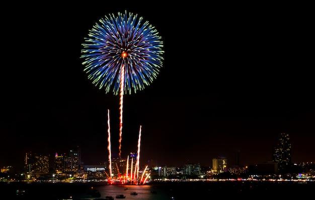 Gelukkig nieuw jaarvuurwerk over cityscape bij nacht. vakantie feest festival