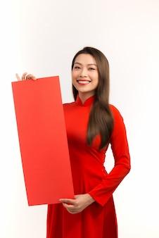 Gelukkig nieuw maanjaar. mooie aziatische vrouw met felicitatiegebaar