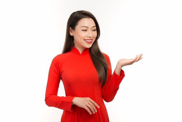 Gelukkig nieuwe maanjaar aziatische vrouw met handgebaar op wit wordt geïsoleerd