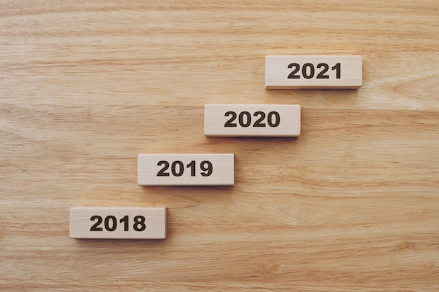 Gelukkig nieuwjaar 2018-2021 op hout blok op houten tafel achtergrond. nieuw jaar concept