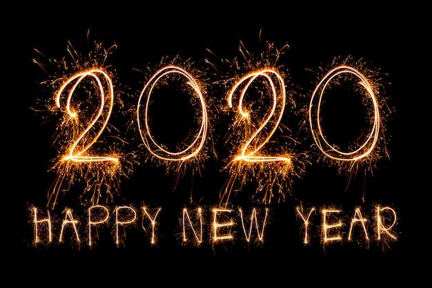 Gelukkig nieuwjaar 2020. creatieve tekst gelukkig nieuwjaar 2020 geschreven fonkelende geïsoleerde sterretjes