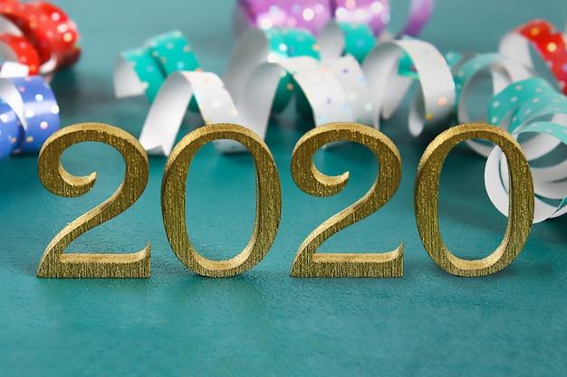 Gelukkig nieuwjaar 2020. creatieve tekst gelukkig nieuwjaar 2020 geschreven in gouden houten letters.