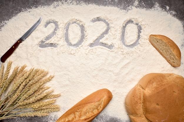 Gelukkig nieuwjaar 2020 gelukkig nieuwjaar 2020. symbool van nummer 2020 en macaroni op grijze cementachtergrond