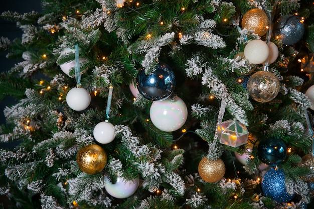 Gelukkig nieuwjaar 2020. kerstmis en nieuwjaar vakantieachtergrond. nieuwe jaarboom met lichten