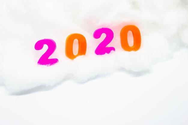 Gelukkig nieuwjaar 2020. symbool vanaf nummer 2020 op witte achtergrond. 2020 achtergrond.