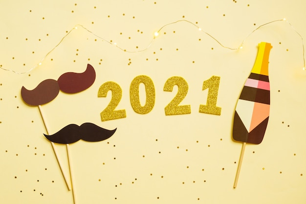 Gelukkig nieuwjaar 2021 feest. gouden cijfer 2021 en fotohokje en sterren.
