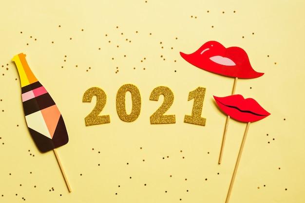 Gelukkig nieuwjaar 2021. gouden cijfer en fotohokje en sterren.