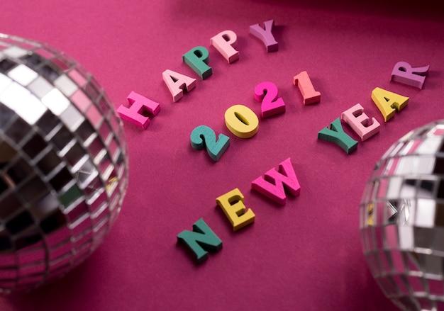 Gelukkig nieuwjaar 2021 groetwoorden met discobal