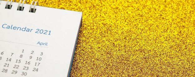 Gelukkig nieuwjaar 2021 kalenderpagina close-up op gouden glitter schittering