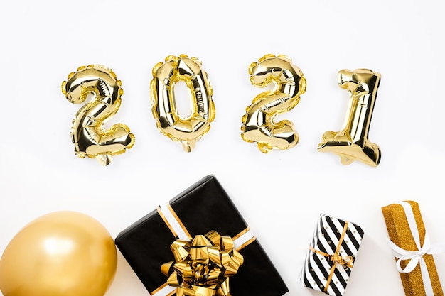 Gelukkig nieuwjaar 2021 plat leggen. 2021 goudfolie ballonnen op wit
