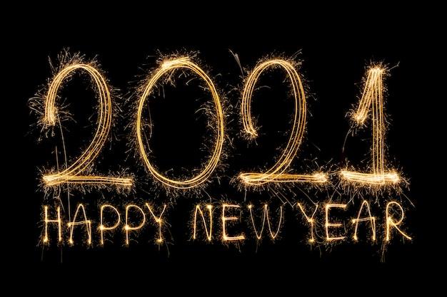 Gelukkig nieuwjaar 2021. sprankelende brandende tekst gelukkig nieuwjaar 2021 geïsoleerd op zwarte achtergrond.