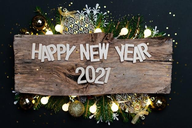 Gelukkig nieuwjaar 2021. symbool van nummer 2021 op houten achtergrond