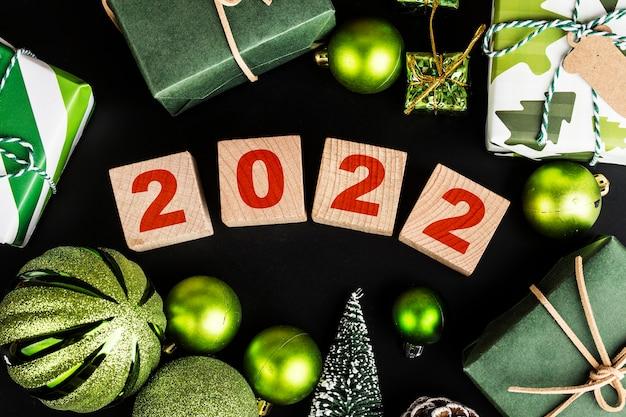 Gelukkig nieuwjaar 2022 kerst 2022 kerstcadeaus geplaatst in een feestelijke sfeer