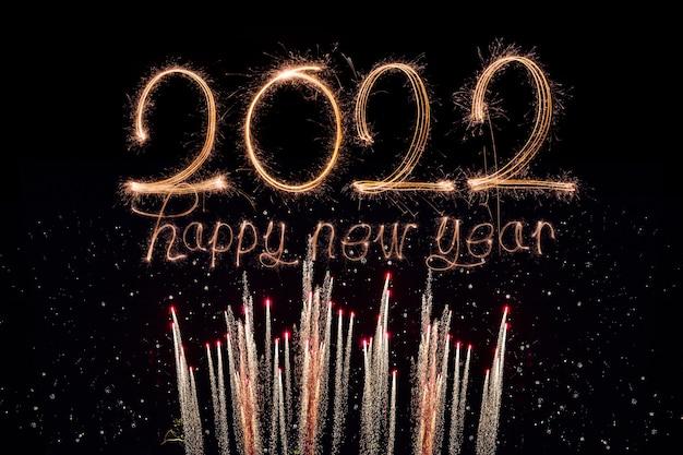 Gelukkig nieuwjaar 2022 sprankelende brandende tekst gelukkig nieuwjaar 2022 geïsoleerd op zwarte achtergrond