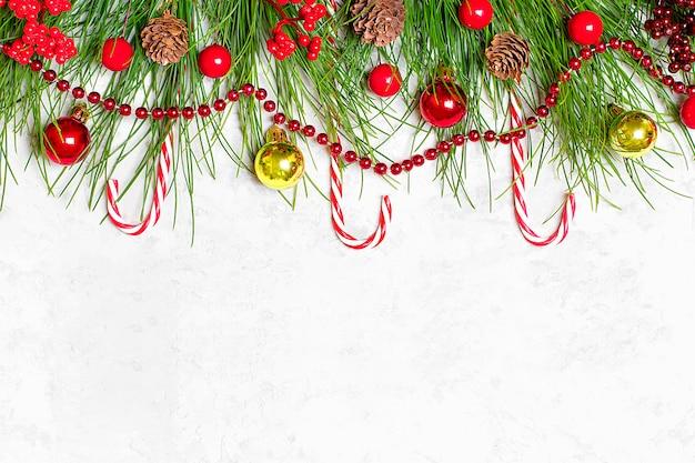 Gelukkig nieuwjaar. decor-kerstboom takken, slingers, bal, dennenappel, klatergoud, santa clau