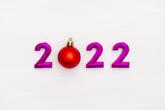 Gelukkig nieuwjaar en kerstviering feestelijk nummer kerst rode bal op witte achtergrond
