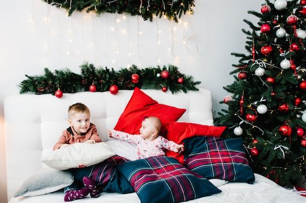 Gelukkig nieuwjaar en vrolijk kerstfeest met kerst ingericht interieur het concept van gezinsvakantie