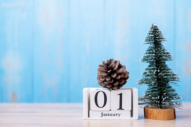 Gelukkig nieuwjaar en welkom januari-maand met houten kalender