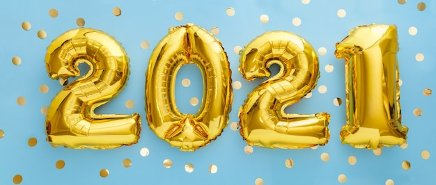 Gelukkig nieuwjaar goudfolie ballonnen 2021 ballon op blauw met confetti.