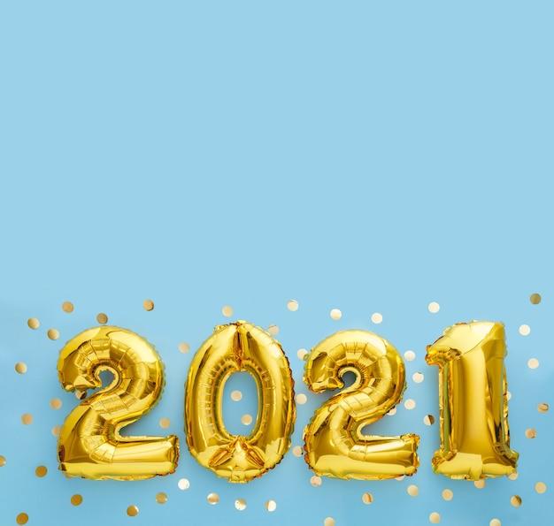 Gelukkig nieuwjaar goudfolie ballonnen 2021 ballon op blauw met kopie ruimte.