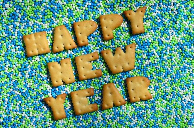 Gelukkig nieuwjaar. het woord uit de eetbare letters ligt op het geglazuurde poeder