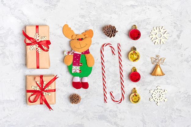Gelukkig nieuwjaar samenstelling. kerstdecoratiegeschenken, noel, snoep, bal, grijs beton
