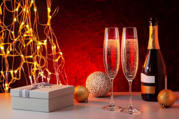 Gelukkig nieuwjaar samenstelling met champagne en geschenkdoos.