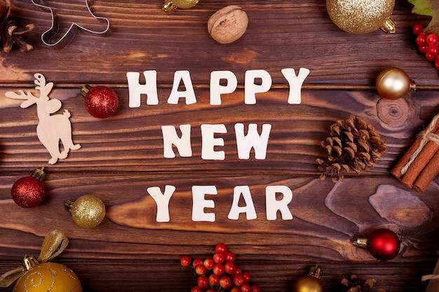 Gelukkig nieuwjaar tekst over houten tafel met feestelijke decoratie, bovenaanzicht