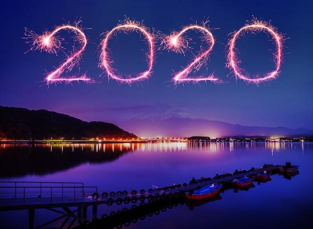 Gelukkig nieuwjaarsvuurwerk in 2020 boven de berg fuji-san bij kawaguchiko-meer in japan