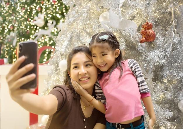 Gelukkig ogenblik op gezicht van aziatische moeder en dochter
