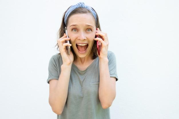 Gelukkig opgewonden jonge vrouw schreeuwen van vreugde