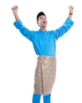 Gelukkig opgewonden maleisische man zijn handen opheffen