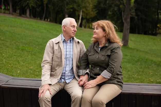 Gelukkig oudere senioren paar in herfst park