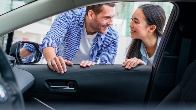 Gelukkig paar bij autohandel drijven